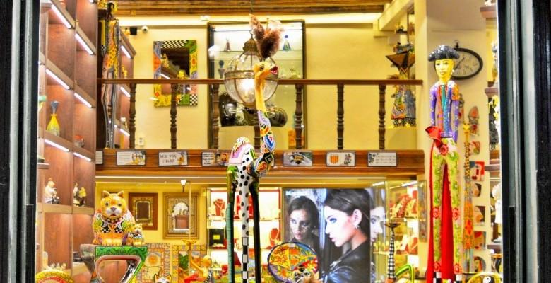 Window Shopping in Barri Gòtic