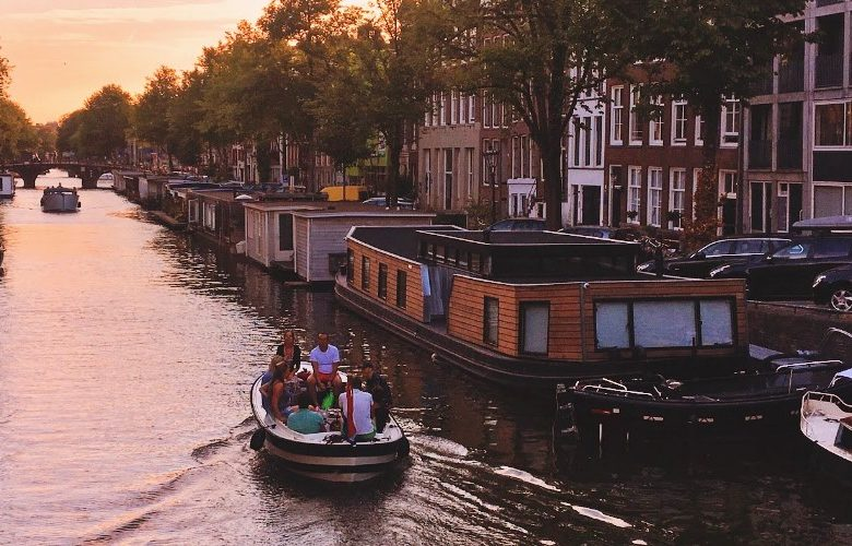 Street scenes in Amsterdam: an endless summer