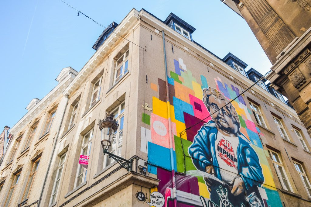 Best street art in Brussels: Manneken peace mural in the Eikstraat